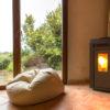 Leerer Raum mit einer Kuschelecke und einem flackernden Kamin